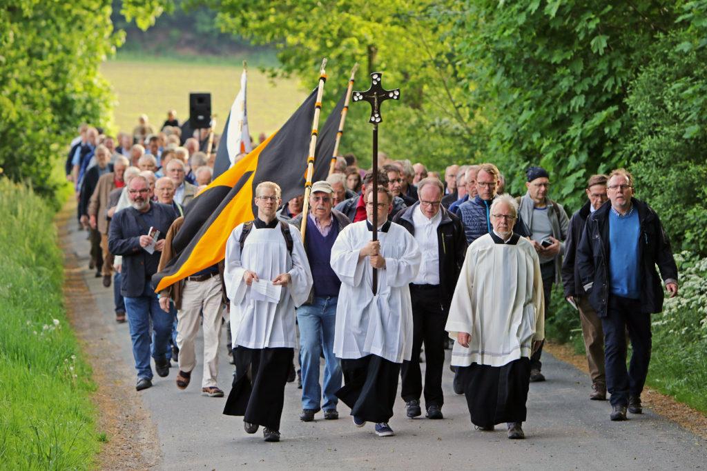 Pilger bei Wallfahrt nach Rulle