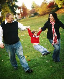 Familie beim Herbstspaziergang, Bild: iStockphoto.com, kevinruss