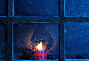 Fenster mit Kerze