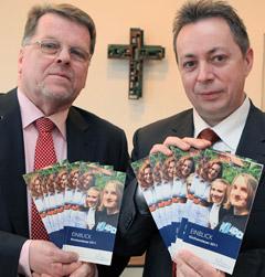 Joachim Schnieders (l.) und Gerhard Brinkmann mit der Kirchensteuerbroschüre 2011, Bild: Bistum Osnabrück