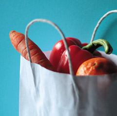 Papiertüte mit Gemüse, Bild: medienREHvier.de, Helga Brunsmann