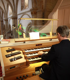 Dominique Sauer an der Orgel im Osnabrücker Dom, Bild: kirchenbote.de