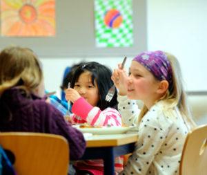 Mittagessen in der Drei-Religionen-Grundschule (Bild: Thomas Osterfeld)