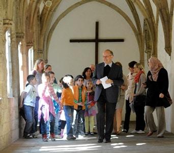 Kinder in einer Kirche