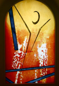 Evangelium im Fenster der Autobahnkapelle Groß Hesepe (Bild: kirchenbote.de)