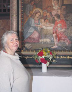 Kapitularin Johanna Pointke an ihrem Lieblingsort, dem Altar auf der Nonnenempore in der Kirche (Bild: kirchenbote.de)