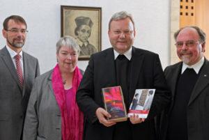 Bischof Franz-Josef Bode präsentiert das neue Material zu Niels Stensen (Bild: Bistum Osnabrück)