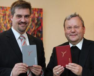Kirchenmusikdirektor Martin Tigges und Bischof Franz-Josef Bode mit dem neuen Gotteslob (Bild: Bistum Osnabrück)