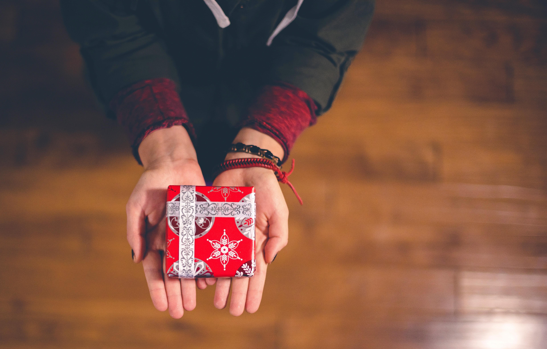 ein Geschenk wird überreicht