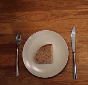eine Scheibe Brot auf einem Teller