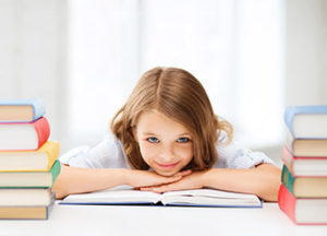 Kind mit Büchern, Bild: fotolia.de, Syda Productions