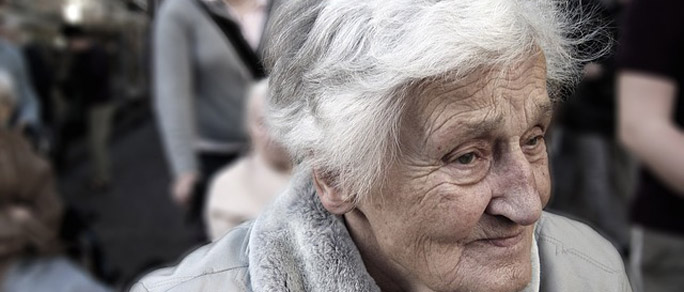 Nahaufnahme einer alten Frau, die skeptisch nach vorne blickt