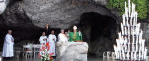 Der Osnabrücker Bischof Franz-Josef Bode bei einen Pilger-Gottesdienst in Lourdes (Bild: kirchenbote.de)