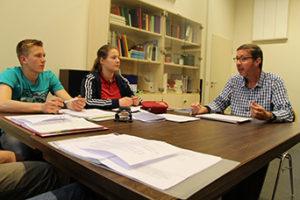 Lehrer mit Schülern am Tisch