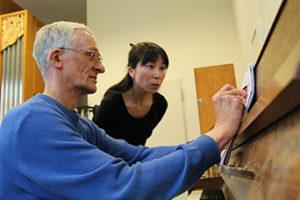 Mann zeigt einer Frau ein Schriftstück.