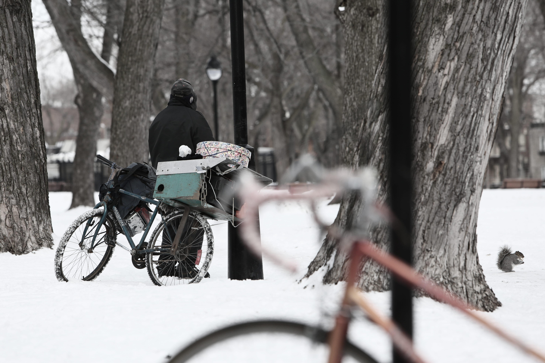Obdachloser mit Fahrrad in Winterlandschaft