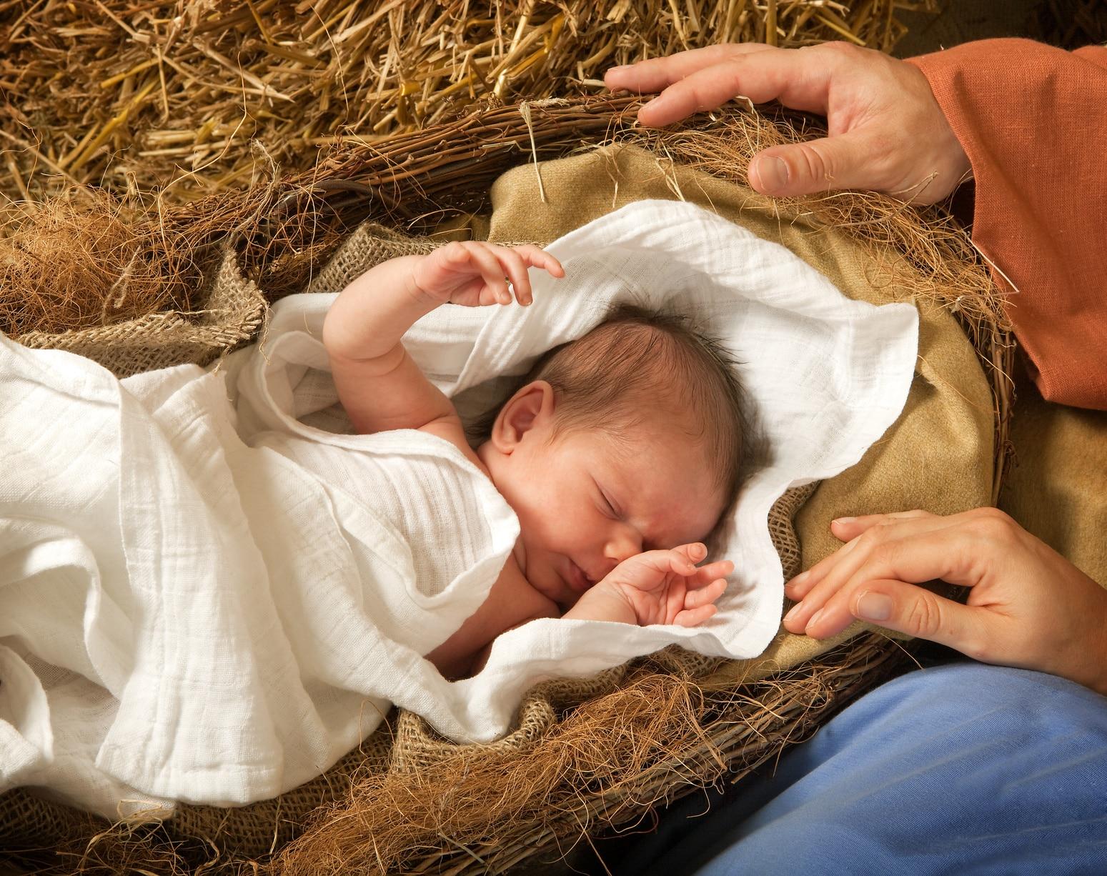 ein Baby liegt in einer Krippe