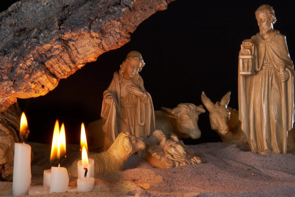 Krippe mit Holzfiguren von der Heiligen Familie, einem Schaf, Ochsen und Esel