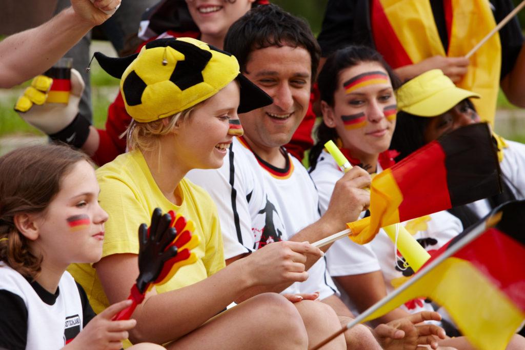 Fußballfans in Schwarz-Rot-Gold