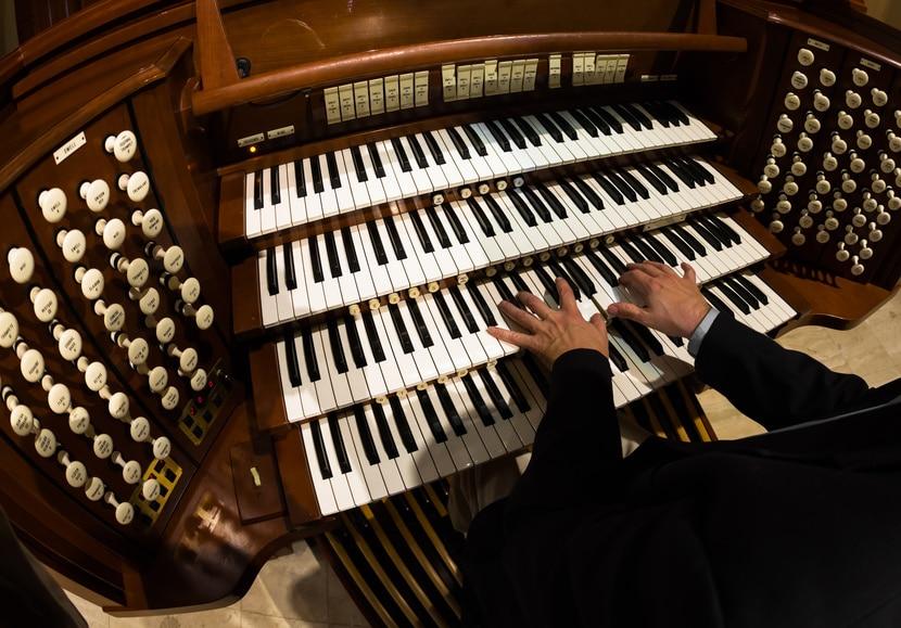 Mann spielt auf einer Orgel