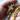 eine Hand hält ienen Rosenkranz