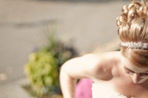 Braut im Hochzeitskleid (Detail)