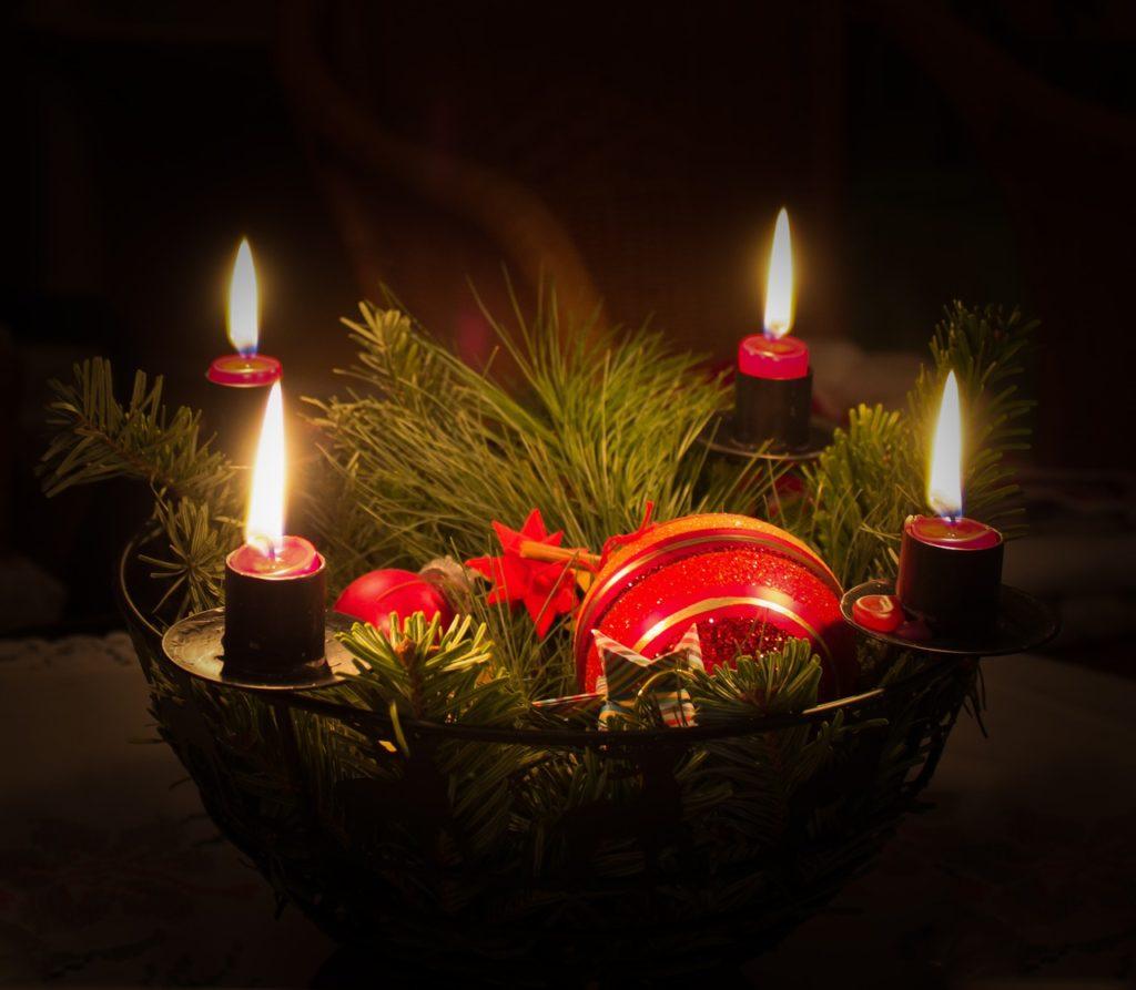 Adventskranz mit vier leuchtenden Kerzen