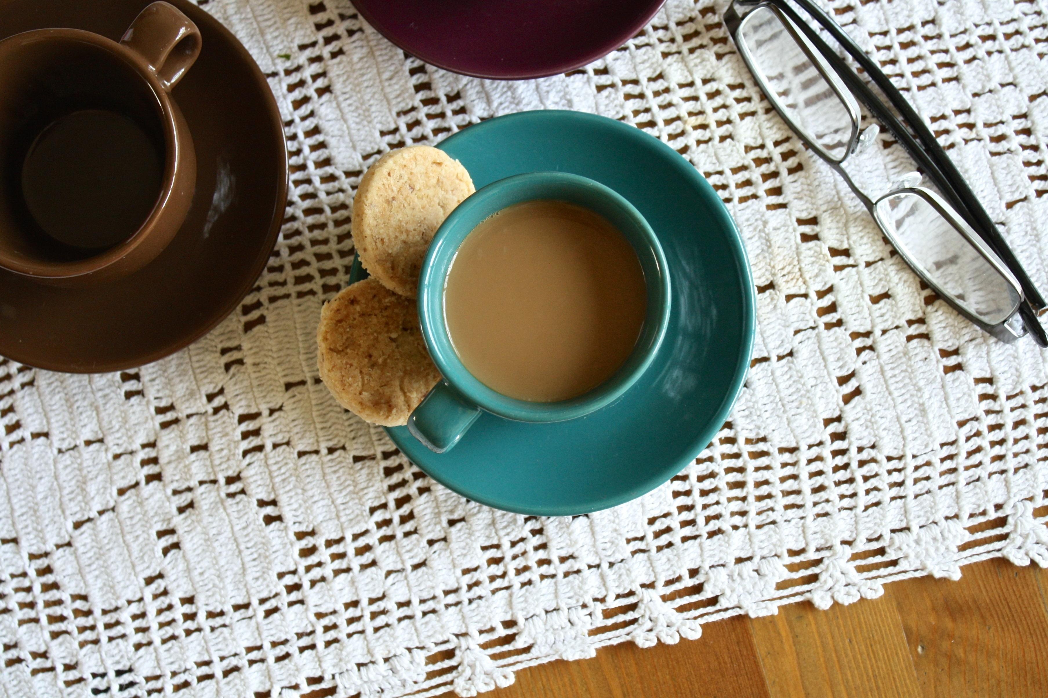 Kaffeetasse, Brille auf Tisch