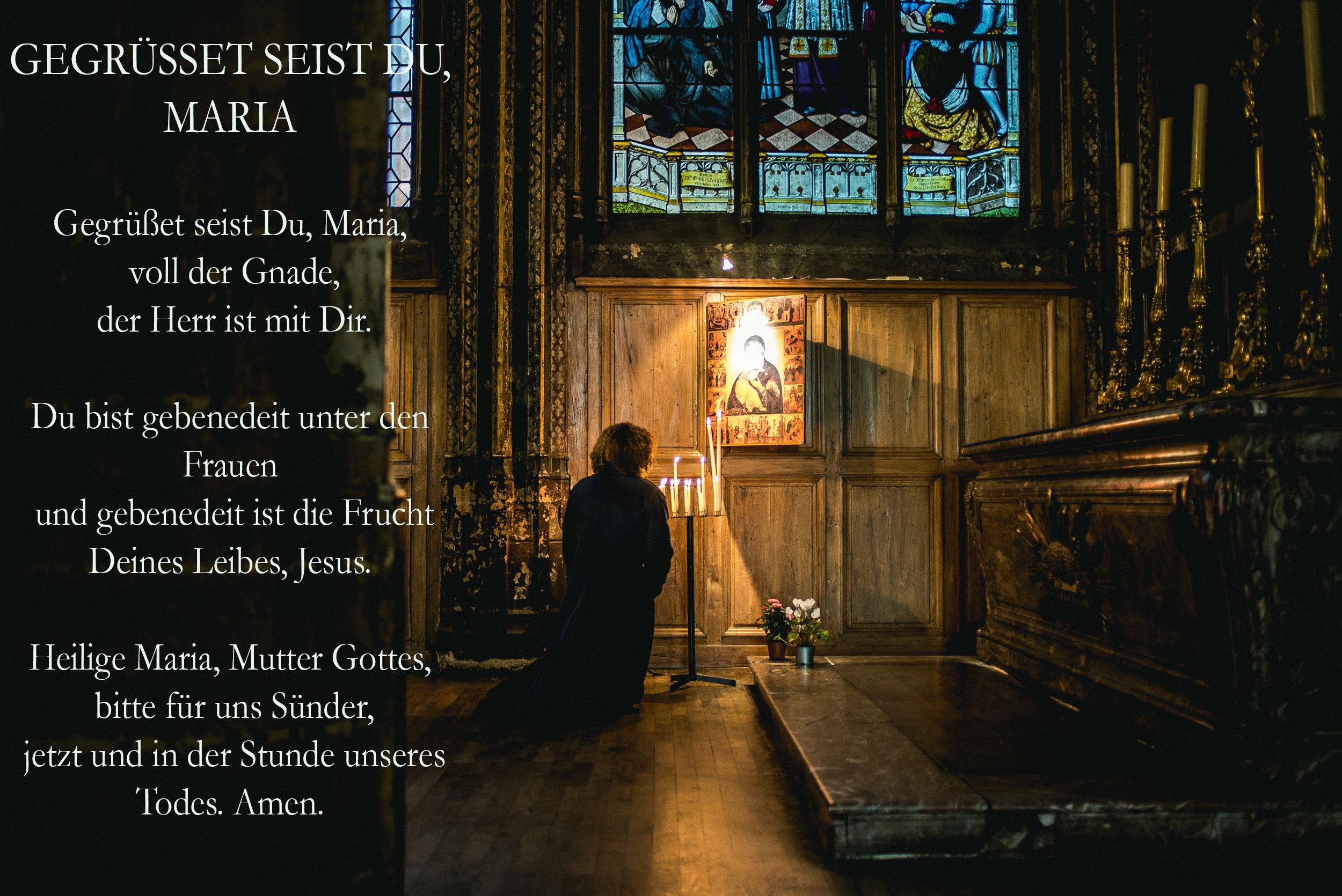 Frau betet in Kirche
