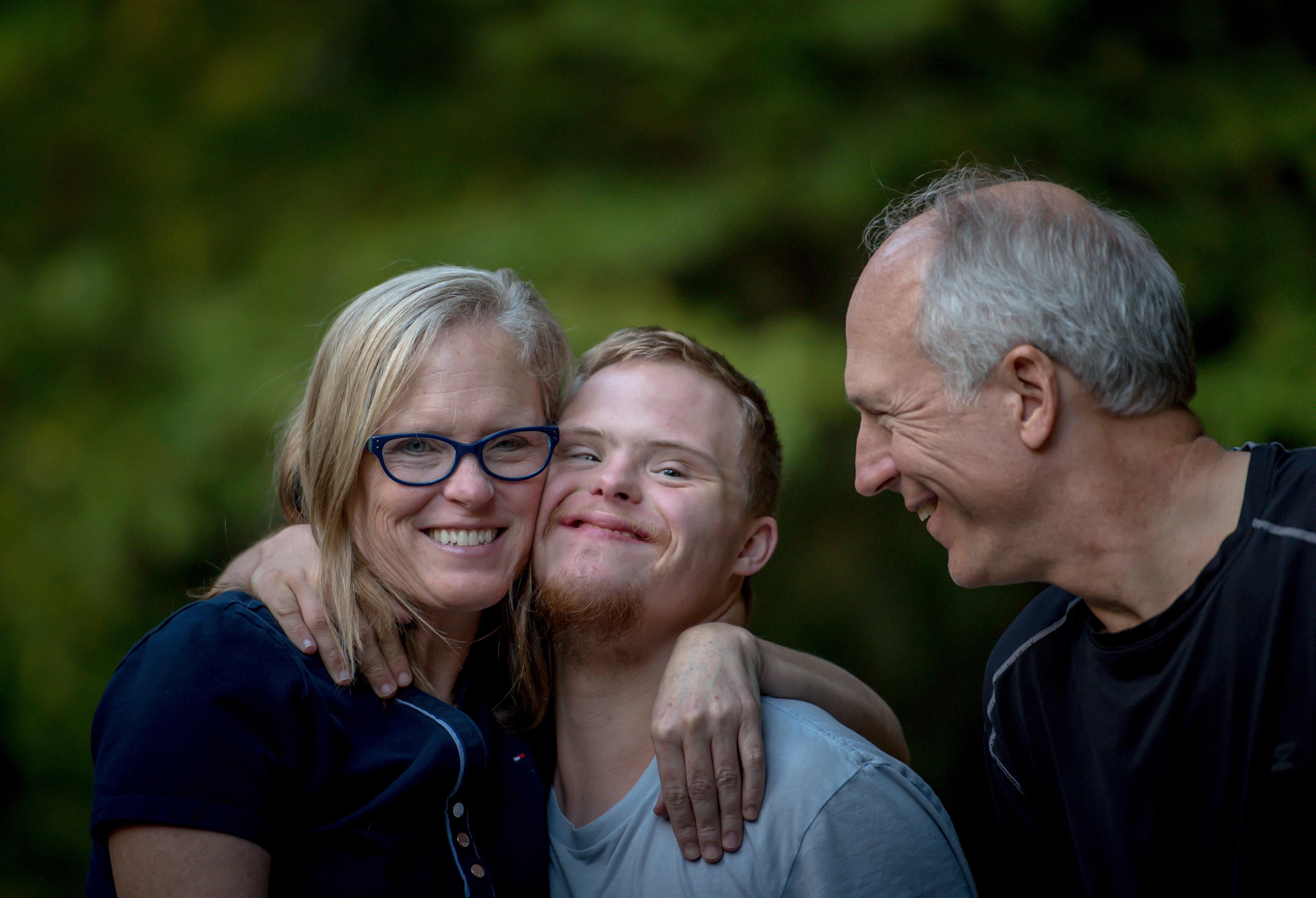 drei Menschen freuen sich