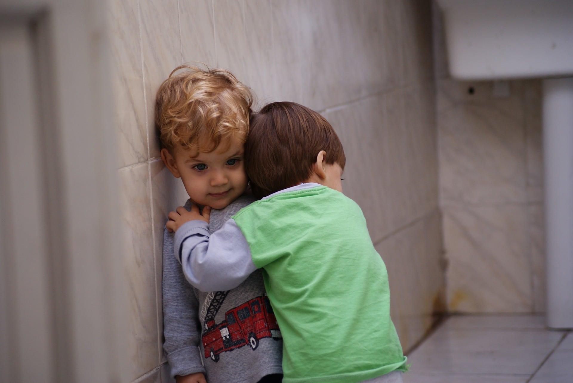 Kinder Umarmung