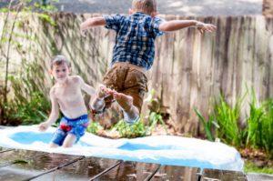 Kinder am Planschbecken