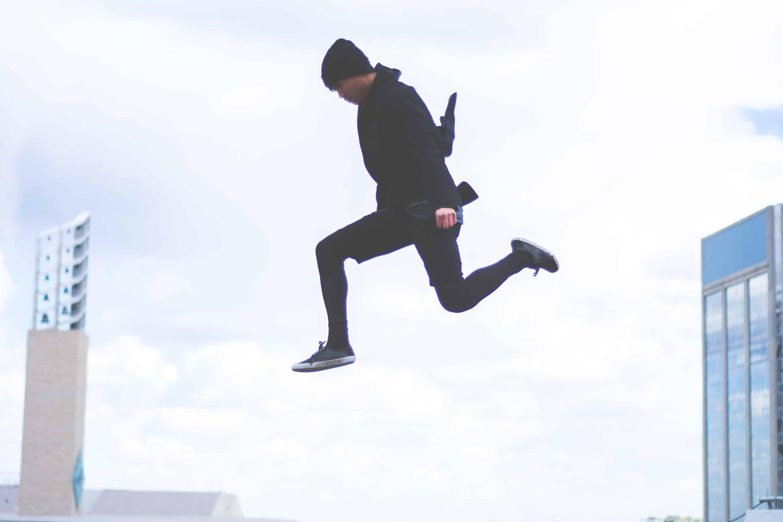 Mann springt in die Luft