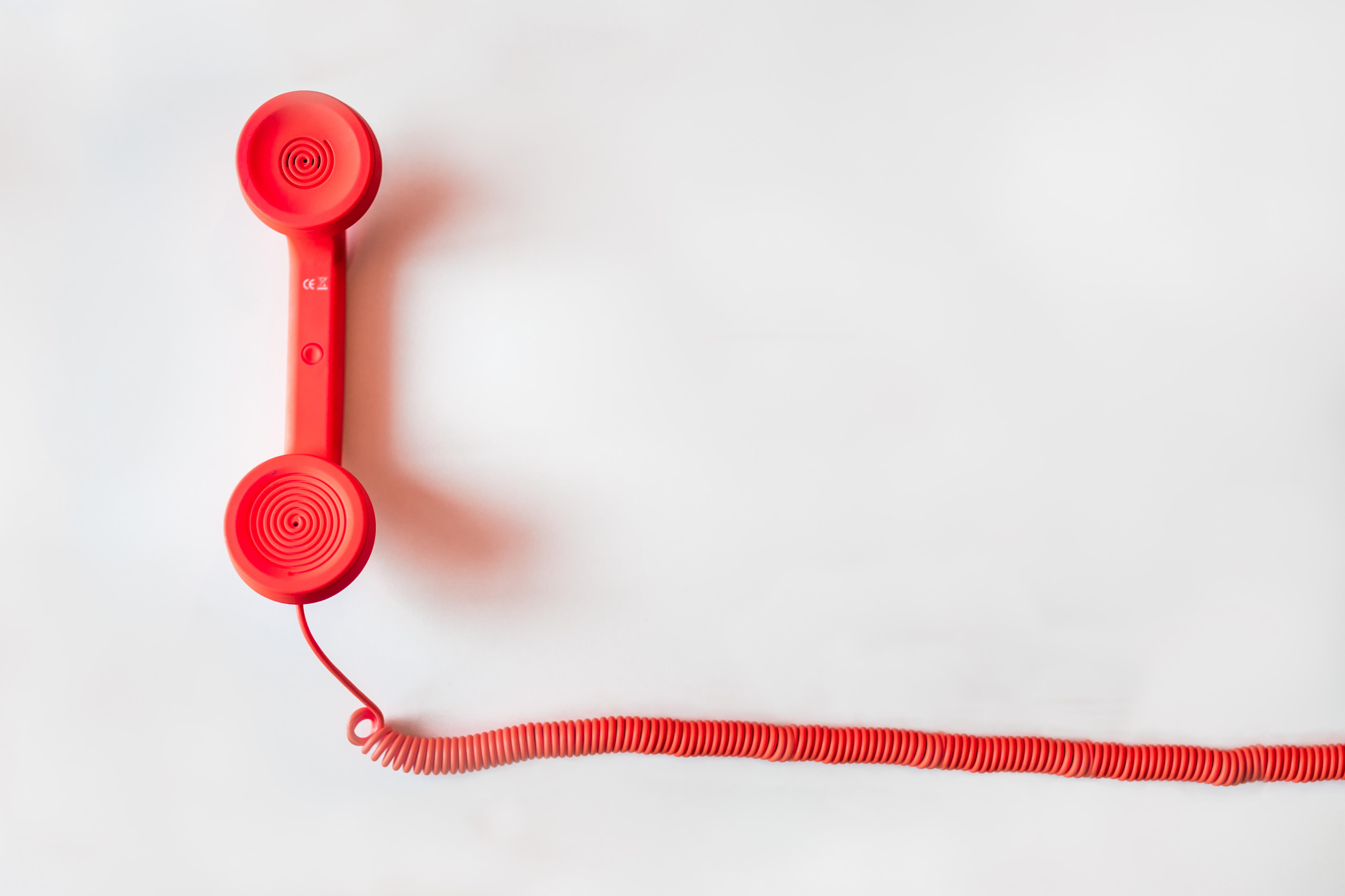 roter Telefonhörer mit Kabel