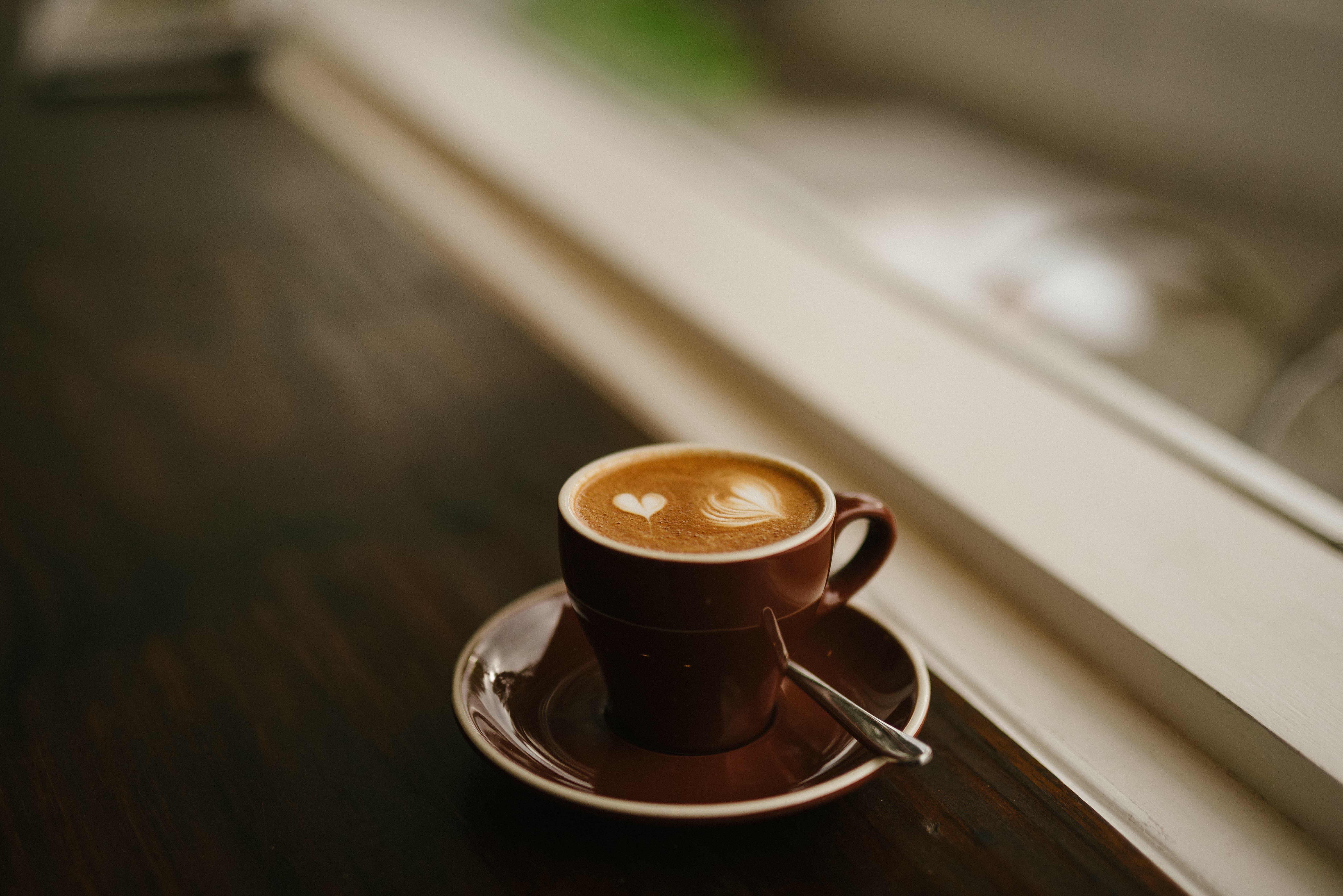 Kaffe mit Herzen auf dem Schaum