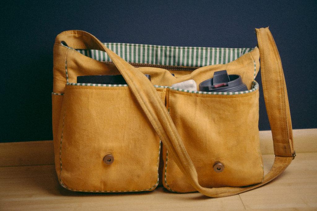 Tasche mit Kaffeebecher und Kalender
