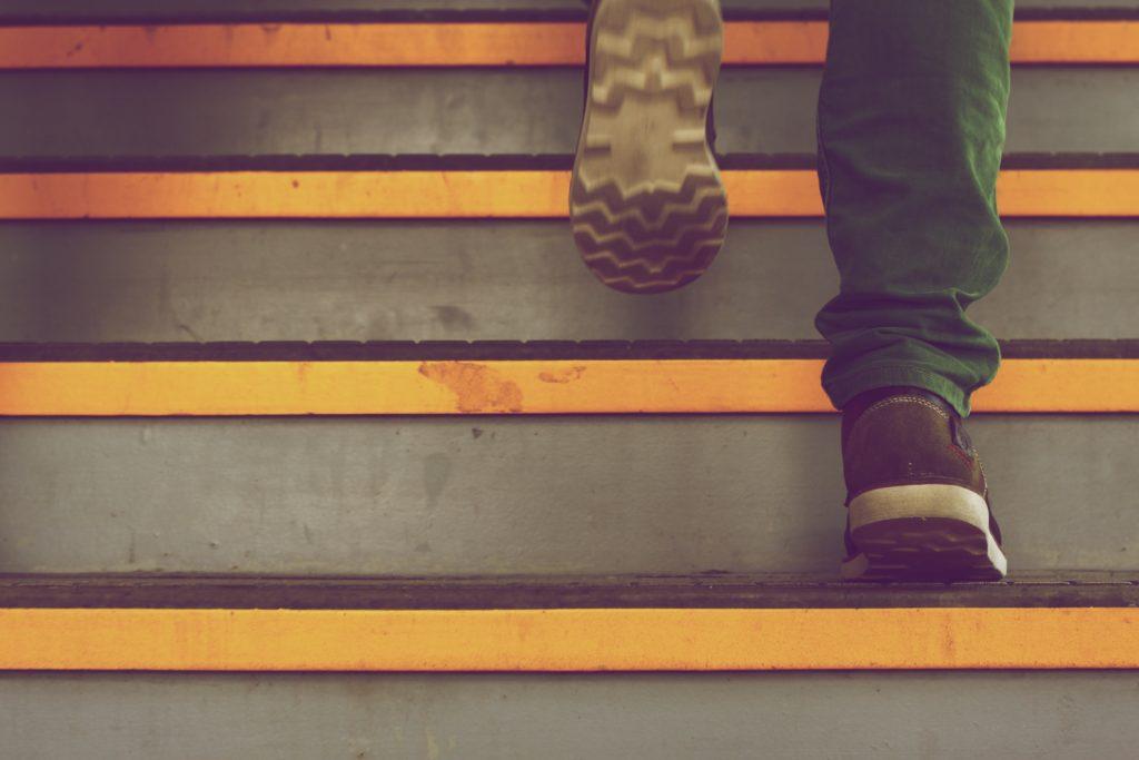 Füße gehen Treppe hoch