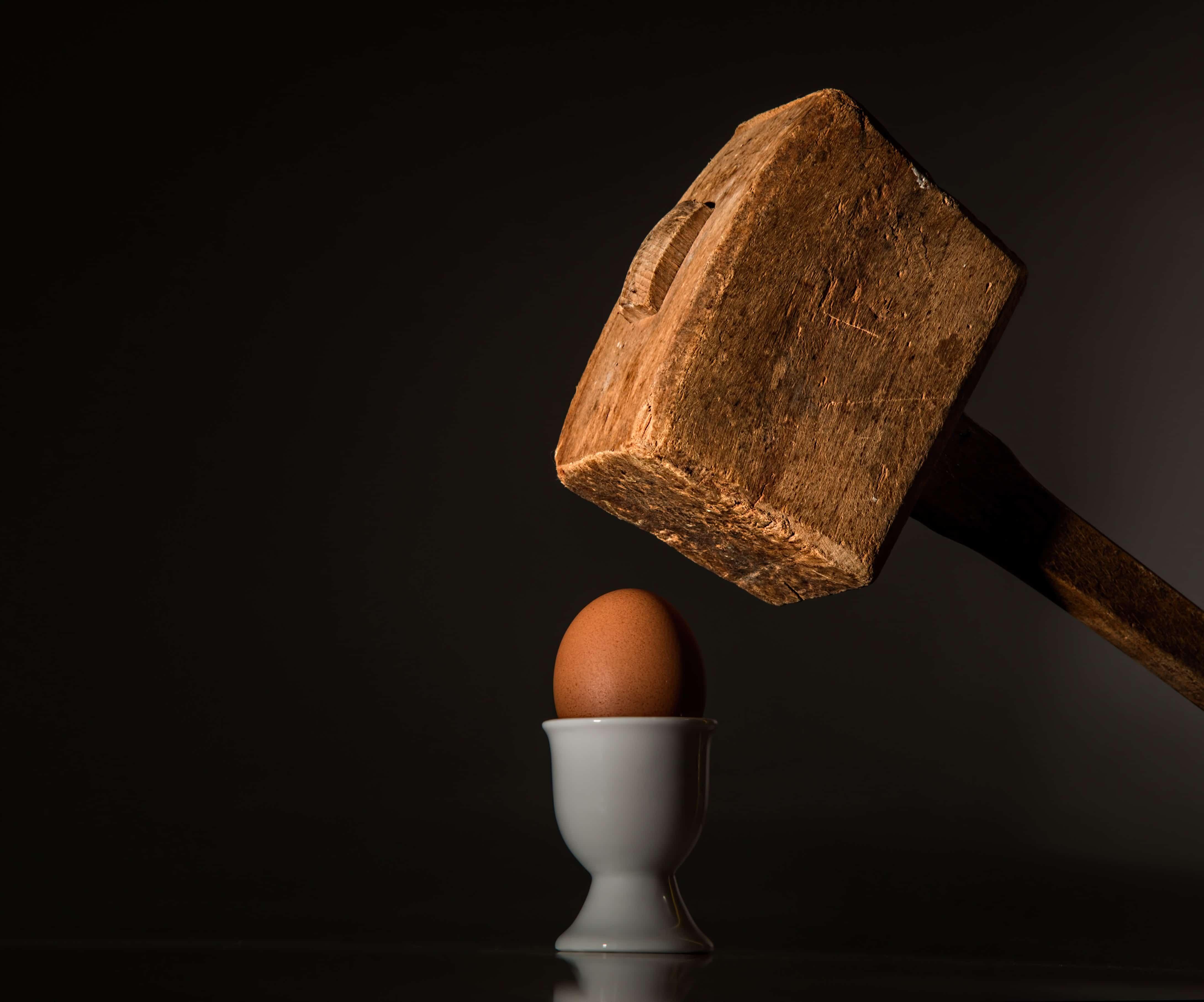 Holzhammer und Ei