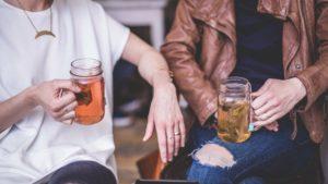 zwei Menschen trinken Tee