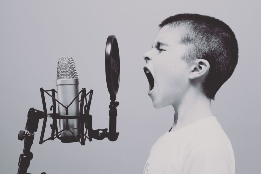 Junge vor Mikrofon