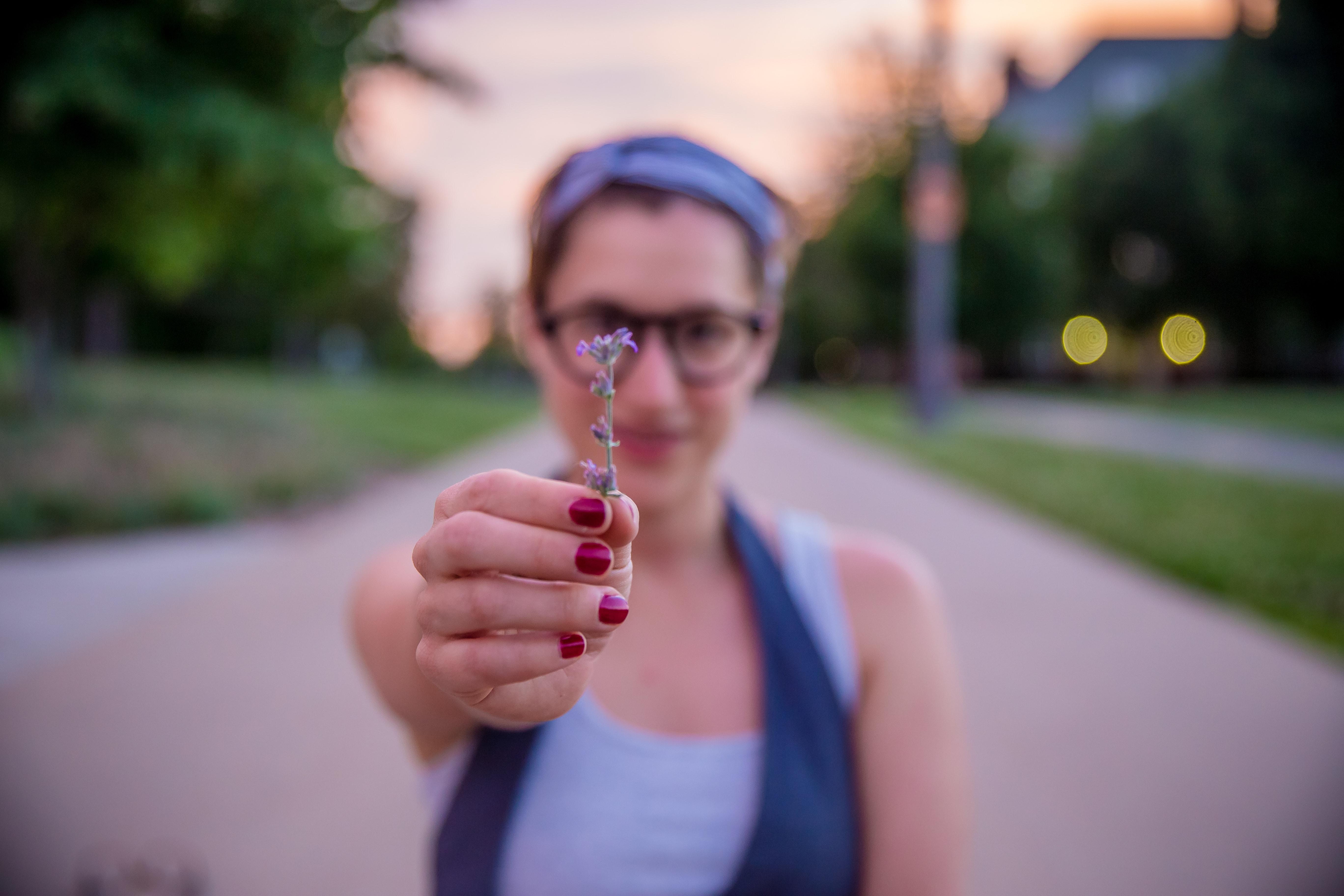 Frau hält kleine Blume