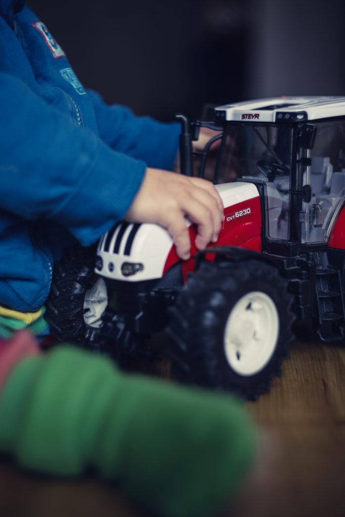 Junge spielt mit Trecker