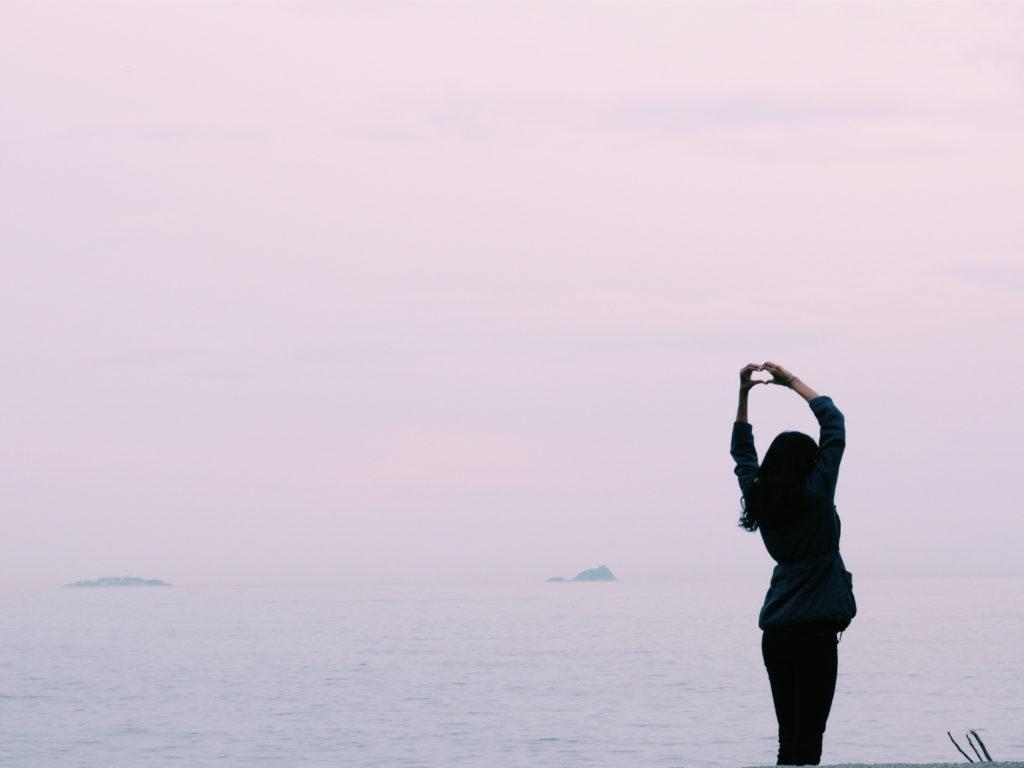 Silhouette einer Frau vor Wasser