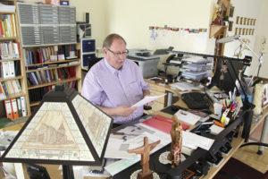 Pfarrer Mühlhäuser im Büro