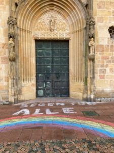 Gemalter Regenbogen vor der Domtüre