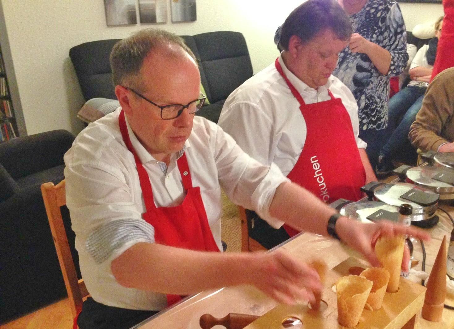 Einmal im Jahr dampft es auch in Osnabrück: Weibischof Johannes Wübbe rollt Piekuchen in seiner Wohnung.