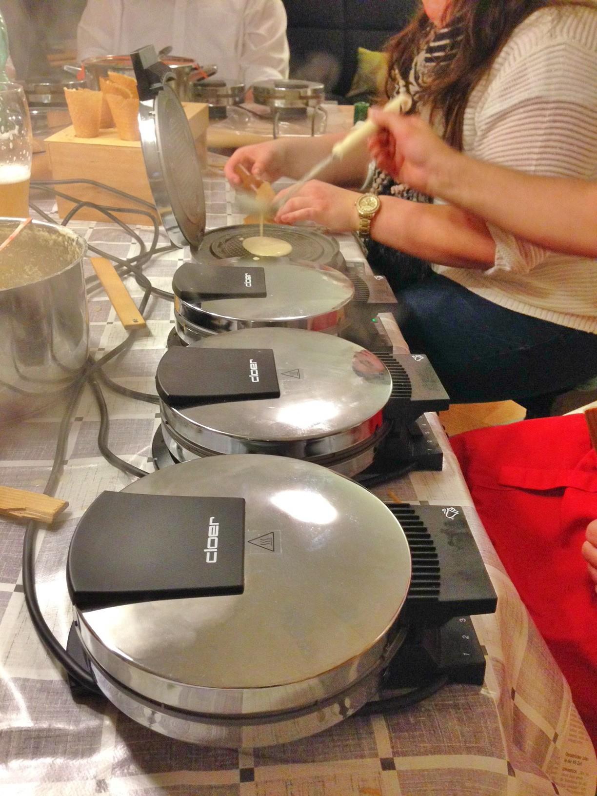 Das dampft: Insgesamt 12 Waffeleisen kommen bei den Speller Piepkuchenbäckern zum Einsatz.