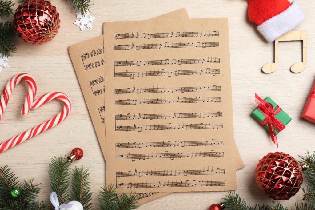Noten mit Weihnachtsdeko