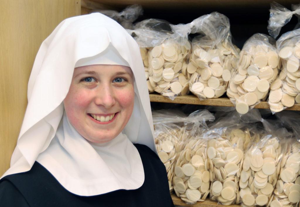 Eine junge Ordensschwester lacht in die Kamera.