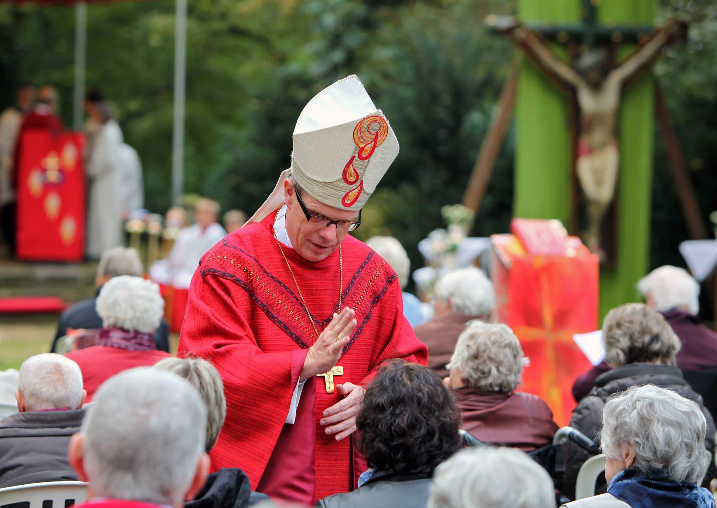 Weihbischof Johannes Wübbe segnet Pilger